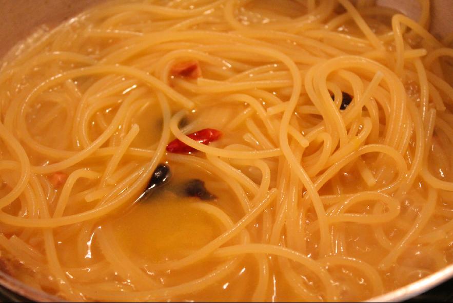 Pasta all'arancia, acciughe, olive e mandorle - Step 3 - Immagine 1