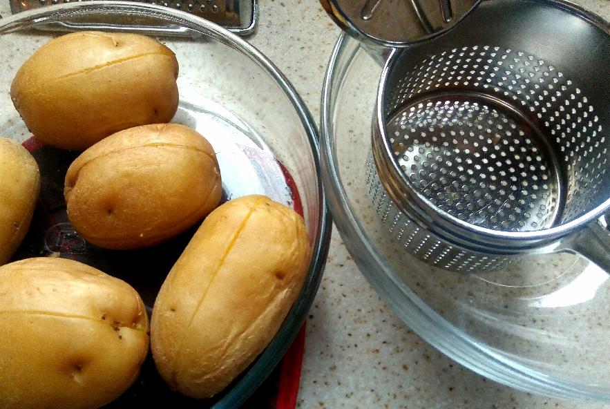 Rotolo di patate, agretti, crescenza e prosciutto - Step 1 - Immagine 1