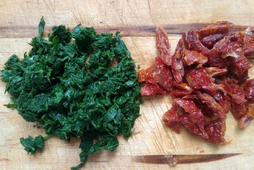 Pasta con foglie di carota e pomodori secchi - Step 3 - Immagine 1