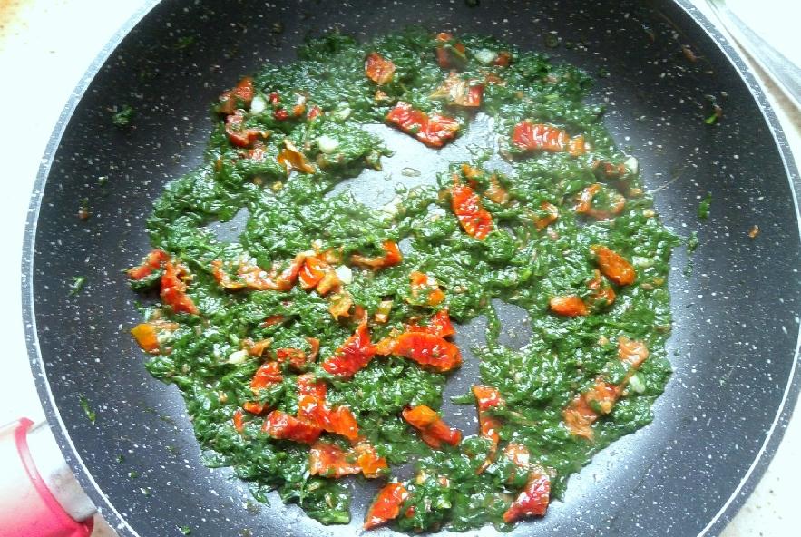 Pasta con foglie di carota e pomodori secchi - Step 4 - Immagine 1