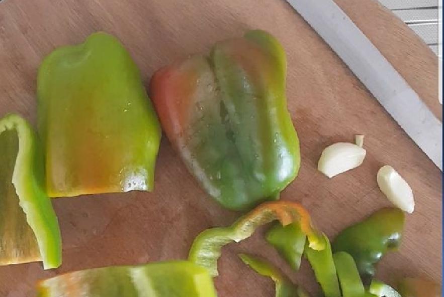Boscaioli con crema di peperoni verdi  pomodori - Step 1 - Immagine 1
