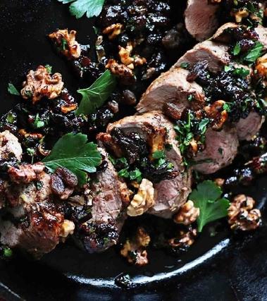 Maiale al forno con noci, uvetta e pancetta