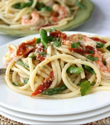 Bucatini con gamberi, asparagi e pomodori secchi