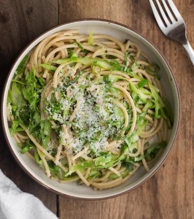 Spaghettoni con asparagi e basilico