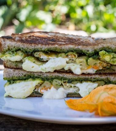 Sandwich con pesto, mozzarella e fiori di zucca
