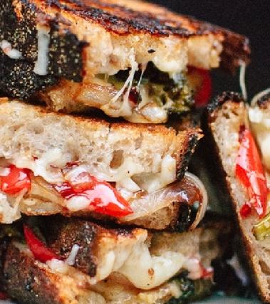 Panino con broccoli, formaggio e peperoni