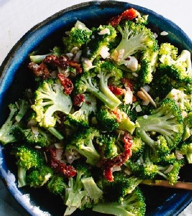 Insalata greca con broccoli