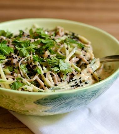 Soba con cetrioli e salsa di sesamo allo zenzero