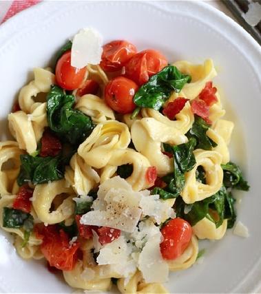 Tortellini con spinaci e pomodorini
