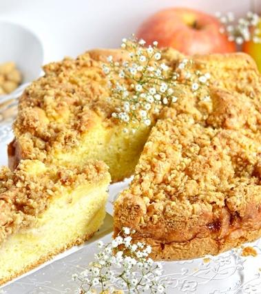 Torta di mele con copertura croccante di nocciole