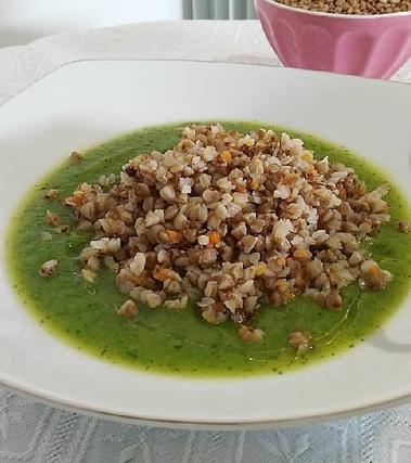 Grano saraceno su vellutata di zucchine
