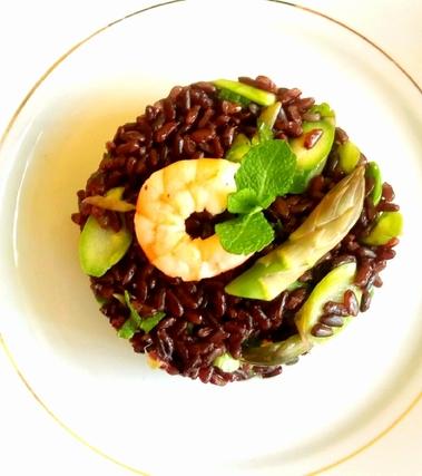 Insalata di riso venere, gamberi, asparagi e menta