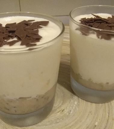 Bicchieri di crema al mascarpone e biscotto