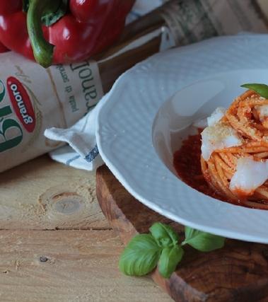 Spaghetti, crema di peperoni all'arancia e baccalà