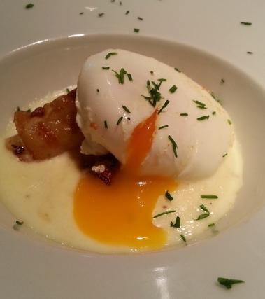 Uovo in camicia alla curcuma su fonduta di grana