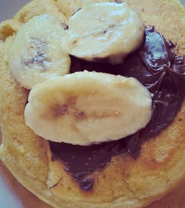 Pacake alla vaniglia con banana caramellata