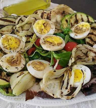 Insalata grigliata con uova sode