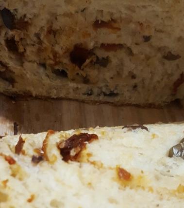 Pan bauletto con olive taggiasche e pomodorini