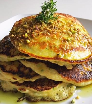 Pancakes alle zucchine, timo e pesto di pistacchio