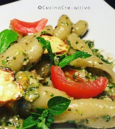 Trecce al pesto aromatico, pomodori e zucchine