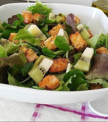 Insalata di salmone e kiwi