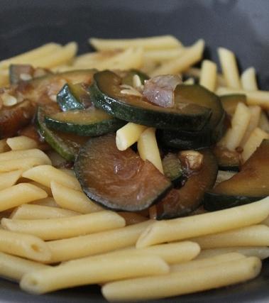 Penne con zucchine in salsa di soia