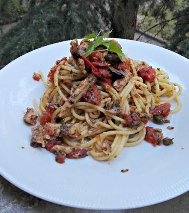 Spaghetti con sarde e polpa di pomodoro