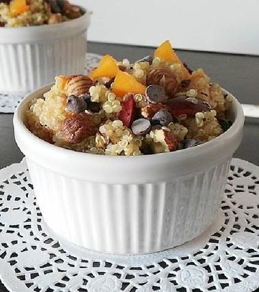 Quinoa dolce alla frutta fresca e nocciole