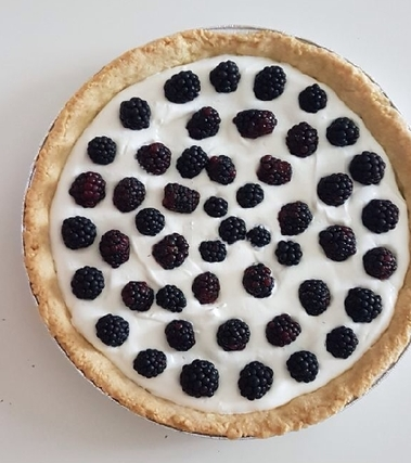 Crostata con crema di yogurt e more