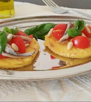 Crostini di polenta con alici marinate e pinoli