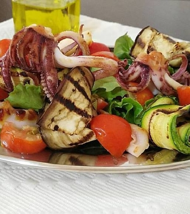 Insalata con calamari e verdure grigliate