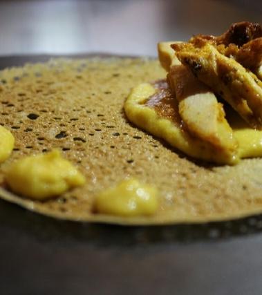 Pollo al curry su crema di mais e cialda di farina
