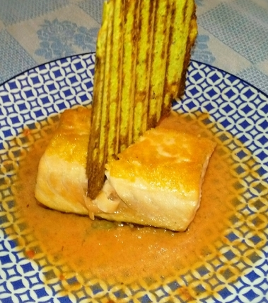 Salmone con cialda di zucchine e succo di pomodoro