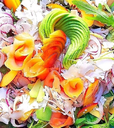 Insalata di cavolfiore, pesche, avocado e salmone