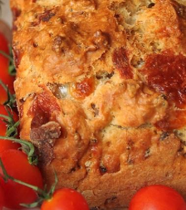 Cake rustico con salsicce, provola e noci