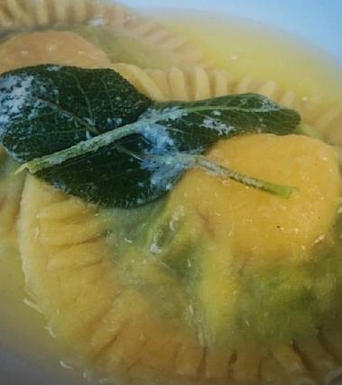 Ravioloni ricotta e spinaci con tuorlo fondente