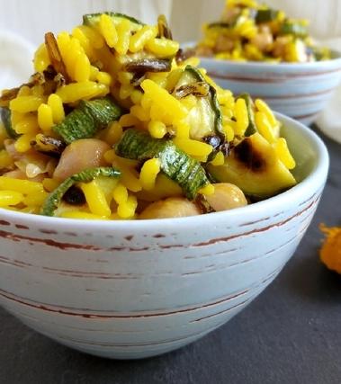 Insalata di riso alla curcuma con ceci e zucchine
