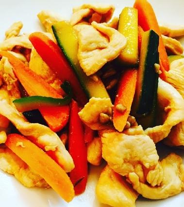 Pollo con verdure saltate e mandorle