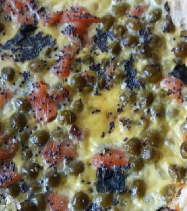 Torta salata con piselli e salmone