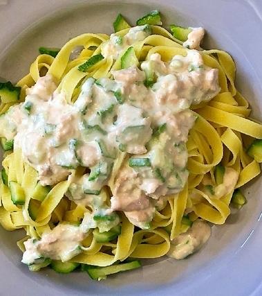 Tagliatelle alla crema di salmone e zucchine