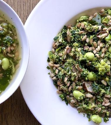 Minestra di farro con broccoli, edamame e funghi