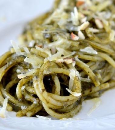 Spaghettoni con cavolo nero mandorle caciocavallo
