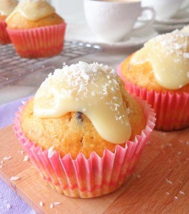 Muffin al cocco con cioccolato bianco e mirtilli