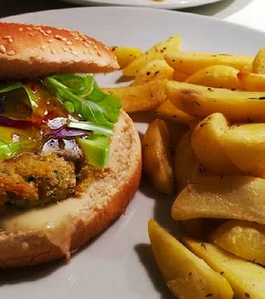 Burger di pesce e zucchine con avocado