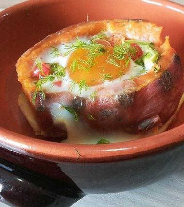 Patata dolce con uovo e verdurine al forno