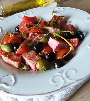 Tonno fresco in insalata con pomodorini ed olive