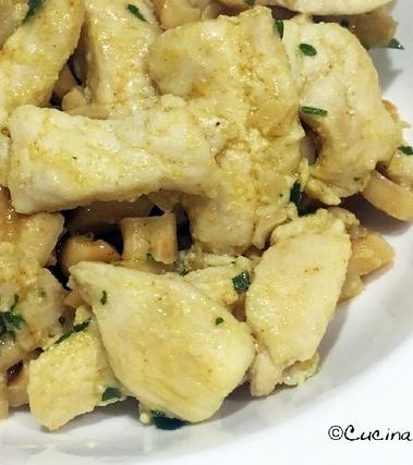 Straccetti di pollo al curry e anacardi