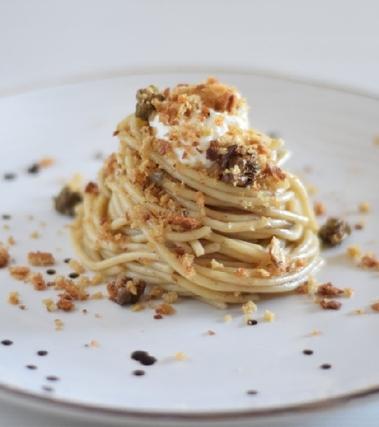 Spaghetti con alici e capperi di salina