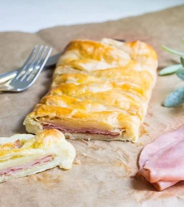Torta salata con prosciutto cotto e formaggio