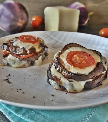 Torrette di melanzane con pomodorini e formaggio